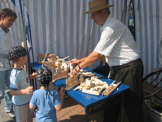 Na stoisku Jana Puka z Trześni, najmłodsi mogli obejrzeć drewniane zabawki i zapoznać się z ludową tradycją