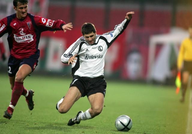 Mirko Poledica (przy piłce) zagrał w grudniu przeciwko Pogoni. Portowcy wygrali z Legią w Warszawie 3:1. Mimo to trener Panik chce, by Serb trafił na Twardowskiego.