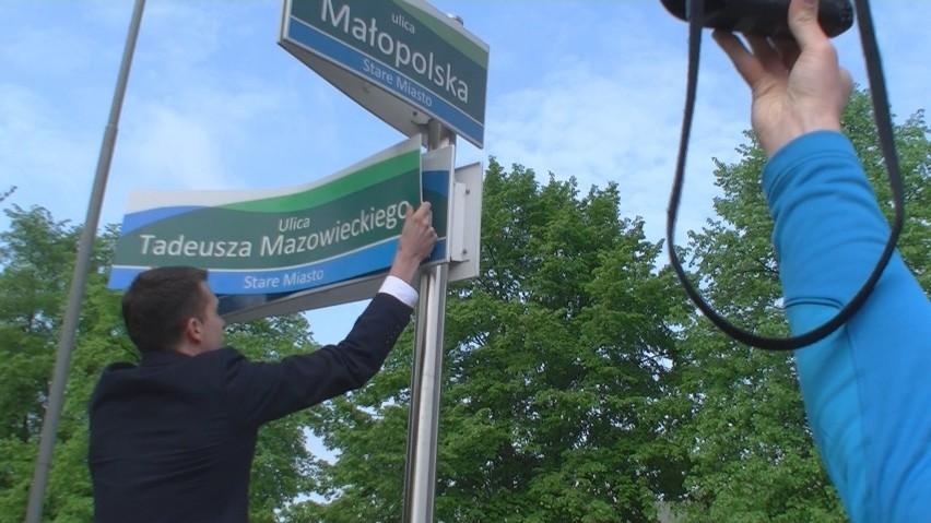 Arkadiusz Marchewka z PO zawiesił nową tabliczkę z nazwą...