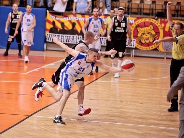 Maciej Raczyński (próbuje zabrać piłkę) wyszedł wczoraj w pierwszej piątce AZS i zaprezentował się bardzo dobrze.