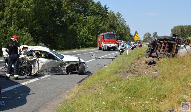 Wypadek na krajowej 11. Doszło do zderzenia osobowego BMW z dwoma ciężarówkami.