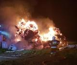 Jaziewo: Pożar stosu bel siana. Z ogniem walczyło 7 zastępów straży pożarnej [ZDJĘCIA]
