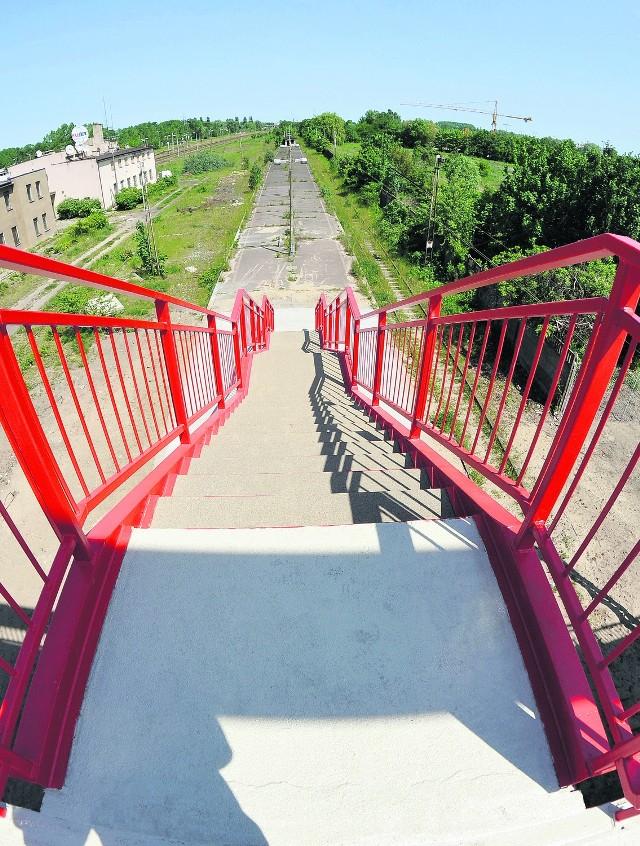 Na zaniedbany przystanek kolejowy można zejść schodami z wyremontowanego wiaduktu na ul. Uczniowskiej