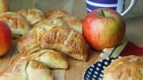 Desery z jabłkami. Pierożki drożdżowe z jabłkiem. Pyszne – jak u babci! [PRZEPIS]