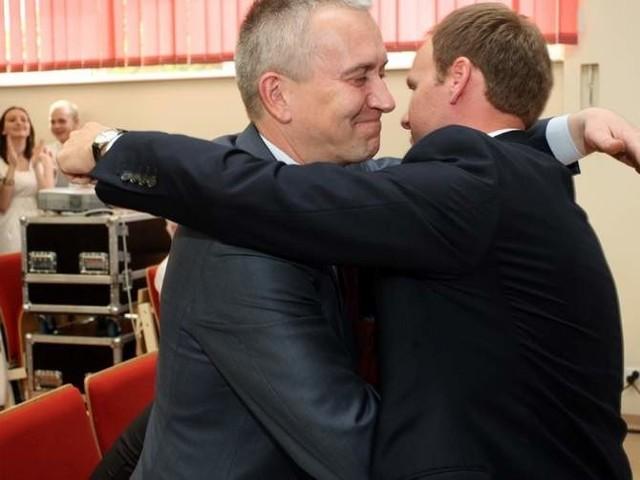 Damian Raczkowski został szefem podlaskiej PO w maju 2010 roku. Na zdjęciu gratuluje mu Robert Tyszkiewicz (z lewej)