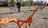 Gmina Moskorzew buduje nowoczesne place zabaw dzieciom z elementami siłowni dla starszych