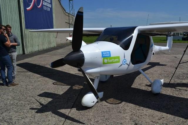 Najpierw pojawiły się elektryczne rowery, potem samochody, aby w końcu pojawił się samolot napędzany energią elektryczną. Na lotnisku Aeroklubu Gdańskiego w Pruszczu Gdańskim odbył się ostatni z 5 pokazów tego małego, lecz wielce ekologicznego samolotu. Pomysł wyprodukowania samoloty elektrycznego narodził się w Finlandii, w siedzibie firmy Forum.