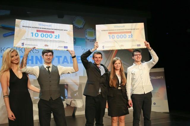 Od lewej: Paulina Staniszewska i Kamil Stysiak, Robert i  Aneta Bałdyga i Piotr Psyllos - laureaci Technotalent 2014 w kategoriach: design, wyzwanie społeczne i technika.
