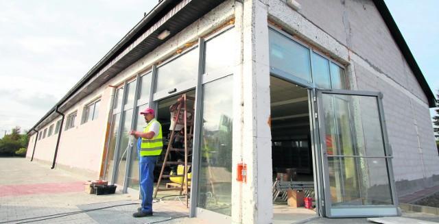 Otwarcie marketu w Brzezinach jest przewidywane na przełom września i października. Powstanie tu kilkanaście miejsc pracy.