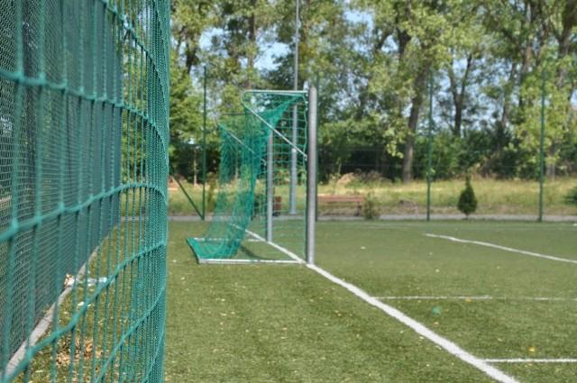 Na boisku przy ulicy Hallera wymieniono między innymi piłkochwyty, które ochronią siatkę okalającą murawę