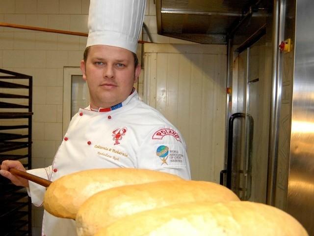 Radosław Rak, właściciel piekarni w Zaczerniu k. Rzeszowa: - Aby zachęcić klientów do jedzenia pieczywa pieczemy coraz bardziej wyszukane gatunki chleba. Mimo tego z roku na rok sprzedaż spada.