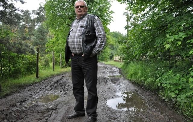 - Po każdym deszczu droga zamienia się w bajoro, samochodem łatwo się tu zakopać - mówi Stanisław Palej ze Starej Chudoby.