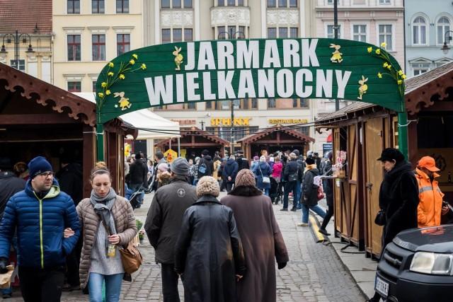 W sobotę o 14.00 odbyło się oficjalne otwarcie Jarmarku Wielkanocnego na Starym Rynku w Bydgoszczy.Na Starym Rynku stanęło 28 drewnianych straganów, w których codziennie (do 30 marca) w godz. 10-18 kupić można wędliny staropolskie, miody, sery, nalewki i produkty regionalne, a także świąteczne stroiki, ozdoby, zabawki i inne rękodzieło. Gdzie jeszcze w Bydgoszczy i okolicach można się wybrać na Jarmark? O tym piszemy w artykule POD TYM ADRESEM.Jak rozpoznać, że dopadło nas wiosenne przesilenie i jak radzić sobie z objawami? (Agencja TVN)