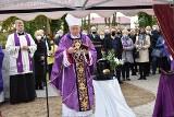 Pogrzeb ks. prałata Andrzeja Miszewskiego. Urna ze szczątkami znanego kapłana złożona na cmentarzu w Chmielnie