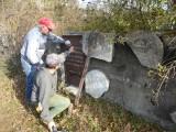 Kolejne żeliwne macewy wróciły na cmentarz żydowski w Żarkach. O nekropolie dbają społecznicy: Wojciech Mszyca i Piotr Zamorski