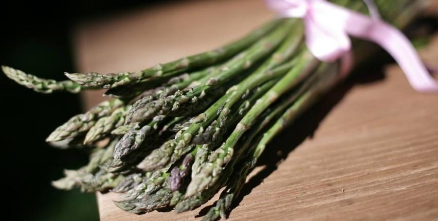 """Lato to czas w którym możemy eksperymentować kuliarnie. Do wyboru mamy wiele pysznych warzyw i owoców. Sprawdźcie nasze przepisy kuliarne na łatwe potrawy!Krem ze szparagówSkładniki: 500 g zielonych szparagów, 500 ml bulionu warzywnego, 100 ml śmietanki kremówki, 5 łyżek płatków parmezanu, oliwa z oliwek, bazylia Przygotowanie: Jeśli szparagi mają grube, twarde końce, odetnij je lub obierz. Gotuj je związane sznurkiem, """"na stojąco"""" tak, by czubki wystawały nad powierzchnię wody. Miękkie szparagi pokrój, za pomocą blendera wymieszaj bulion ze śmietanką, 2 łyżkami parmezanu, bazylią i szparagami. Zupę podawaj z płatkami parmezanu i kilkoma kroplami oliwy."""