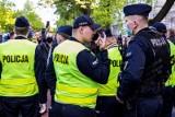Korona-party na Bulwarach nad Wisłą w Warszawie. Dr Konstanty Szułdrzyński w mocnych słowach o młodych nieprzestrzegających obostrzeń
