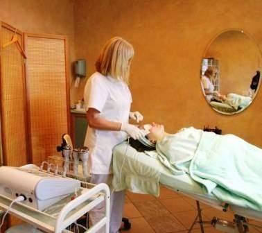 Przy okazji zrzucania zbędnych kilogramów warto zadbać o skórę, konsultując się wcześniej z kosmetyczką, która doradzi, jaki stosować balsam, jakie preparaty ujędrniające.