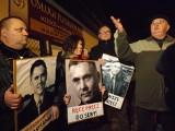 Trwa ekshumacja Sebastiana Karpiniuka. Przed zamkniętym cmentarzem protestują przyjaciele posła PO