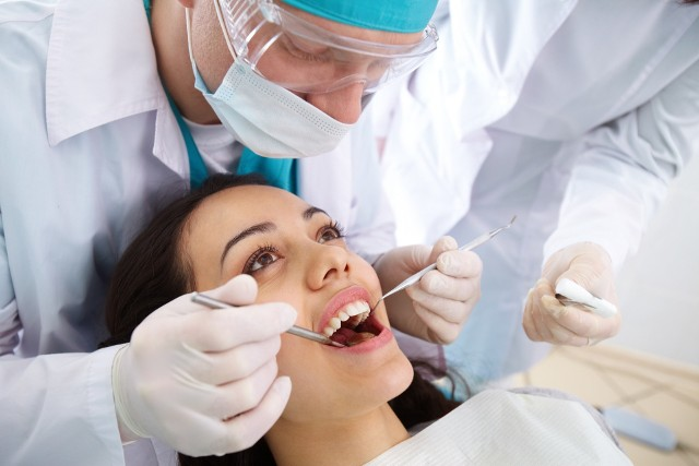 O zęby trzeba dbać szczególnie. Mało kto jednak lubi wizyty u dentysty. Zwykle kojarzą się nam z nieprzyjemnymi doznaniami. Ale czasami kończy się to tylko na strachu, ponieważ wizyta okazuje się nie taka straszna, jak nam się wcześniej wydawało. Gdy trafimy na miłą i fachową obsługę, podczas zabiegu nie cierpimy na fotelu, a zęby zostaną wyleczone, jak należy, z całą pewnością następnym razem wrócimy do tego gabinetu z uśmiechem na twarzy. Dlatego pacjenci, zanim wybiorą się do dentysty, często zasięgają opinii wśród znajomych. Jeśli macie dylemat, którego lekarza wybrać, pomocny może okazać się ten ranking. Sprawdziliśmy, kogo polecają pacjenci w Zielonej Górze. Na kolejnych slajdach znajdziecie nazwiska stomatologów oraz adresy ich gabinetów. Przejdź do Galerii>>>W zestawieniu uwzględniliśmy tych lekarzy pediatrów, którzy uzyskali ocenę powyżej 4 gwiazdek i minimum 3 opinie. Kolejność prezentacji według liczby opinii.Ranking powstał na podstawie danych portalu www.znanylekarz.pl z dnia 1 czerwca 2020 r.Zdjęcia wykorzystane w artykule są zdjęciami symbolicznymi i nie przedstawiają opisywanych lekarzy.