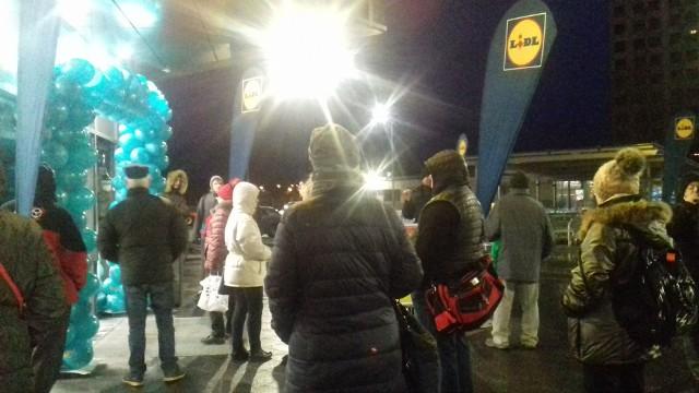 Wczoraj, godz. 6.50. Przy wejściu do nowego Lidla stoi kilkanaście osób. Punktualnie o 7.00 będzie dwa razy tyle.
