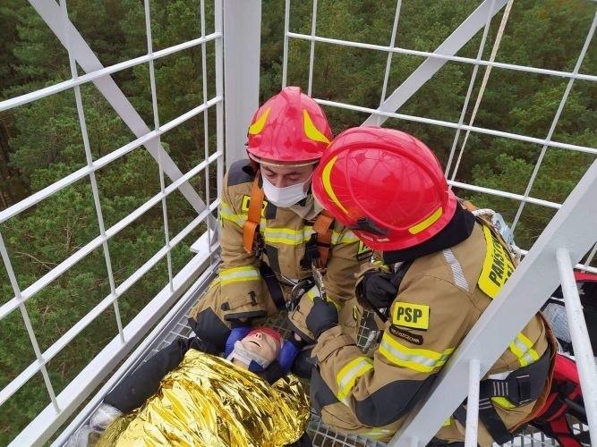 Jednym z elementów cwiczeń była ewakuacja rannej osoby uwięzionej na płonącej wieży