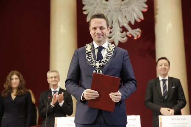 22 listopada Rafał Trzaskowski oficjalnie został prezydentem Warszawy. Kilka dni po zaprzysiężeniu przedstawił swój zespół wiceprezydentów i koordynatorów, a w poniedziałek 26 listopada ogłosił priorytetowe punkty swojego programu. Zobaczcie, jakie sprawy chce w pierwszej kolejności rozwiązać Rafał Trzaskowski.ZOBACZ TEŻ | RANKING NAJBARDZIEJ WPŁYWOWYCH POLAKÓW 2018: TYLKO JEDNA KOBIETA I TO Z MĘŻEM, REŻYSER WYŻEJ NIŻ PREZYDENT