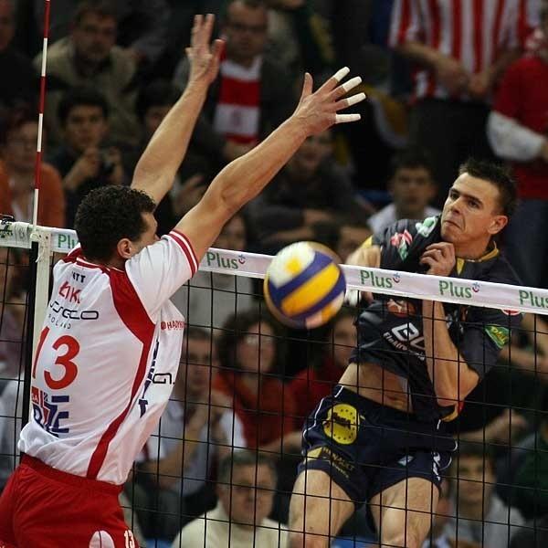 W akcji dwóch najlepszych zawodników meczu na szczycie PLS-u. Mariusz Wlazły zdobywca 15 punktów i Piotr Łuka, który zdobył o dwa oczka więcej.