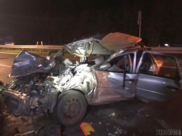 Cztery osoby zostały ranne w wypadku, do którego doszło w nocy na autostradzie A4. Na trasie był korek, dlatego 40-letni kierowca forda, Słowak, zatrzymał samochód. W jego pojazd uderzył peugeot kierowany przez 42-letniego Ukraińca. W wypadku zostali poszkodowani kierowca oraz pasażerowie forda - 40-letnia kobieta, 16-letni chłopak i 12-letnia dziewczyna. Z obrażeniami trafili do szpitala. Do wypadku doszło na 231. kilometrze trasy w kierunku Katowic. Ruch na autostradzie A4 został przywrócony po czterech godzinach.