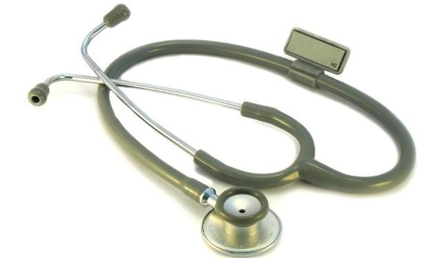 Chirurg usłyszał zarzut potwierdzenia nieprawdy w dokumentach medycznych za wpisywanie w ramach rozliczeń szpitalnych pacjentów, którzy m.in. leczyli się prywatnie