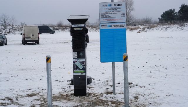 Przeciąga się uruchomienie parkomatów na gorzowskiej giełdzie. Aby urządzenia mogły zacząć działać najpierw trzeba wgrać do nich odpowiednie oprogramowanie, ale niskie temperatury nie dają pracować informatykom.