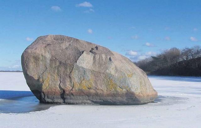 W tym głazie narzutowym, samotnie stojącym w wodach Dziwny, zaklęta jest geneza nazwy jednego z najstarszych polskich miast - Kamienia Pomorskiego.