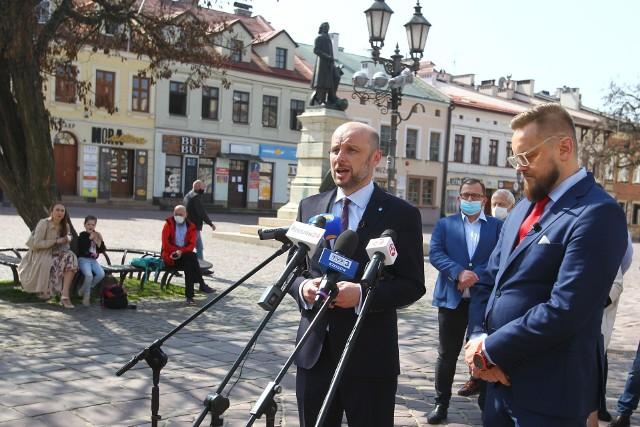 Konrad Fijołek i Paweł Tanajno podczas wspólnej konferencji na rzeszowskim Ryku.