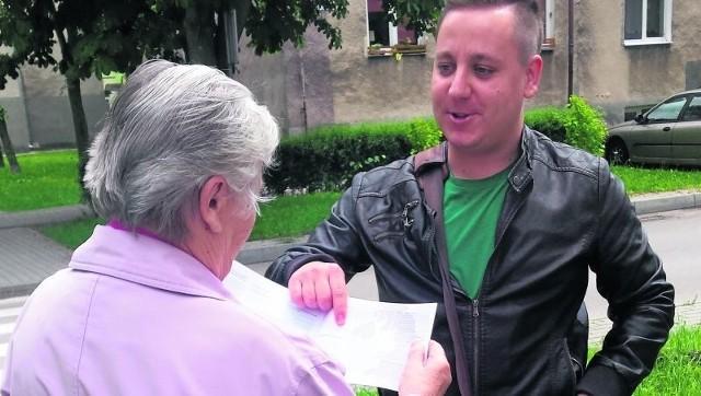 Marek Ostapko rozdaje w Nowej Dęby ulotki promujące wprowadzenie Jednomandatowych Okręgów Wyborczych.