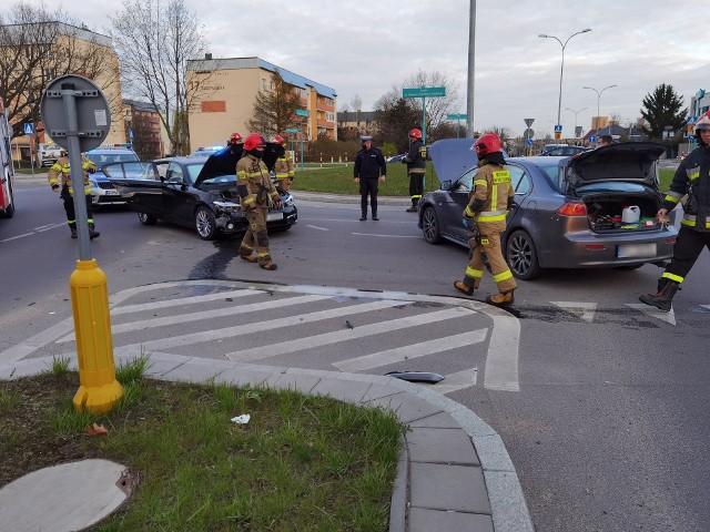 Kolizja na skrzyżowaniu Sitarskiej i Radzymińskiej w Białymstoku. BMW zderzyło się z mitsubishi