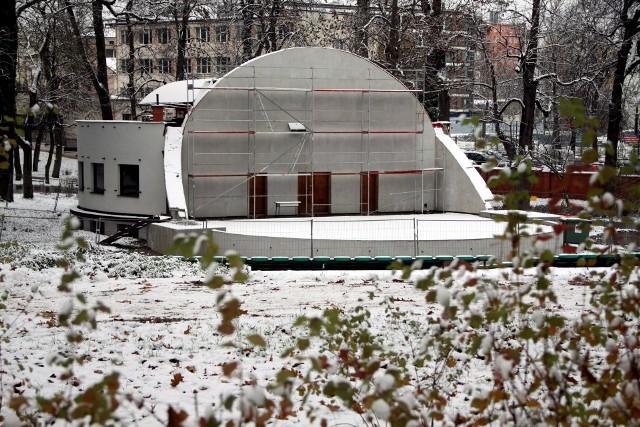 Muszla koncertowa w Ogrodzie Saskim jest zamknięta od wiosny 2016 r. Jej przebudowa, polegająca głównie na wymianie dachu, ma pochłonąć 922 tys. zł