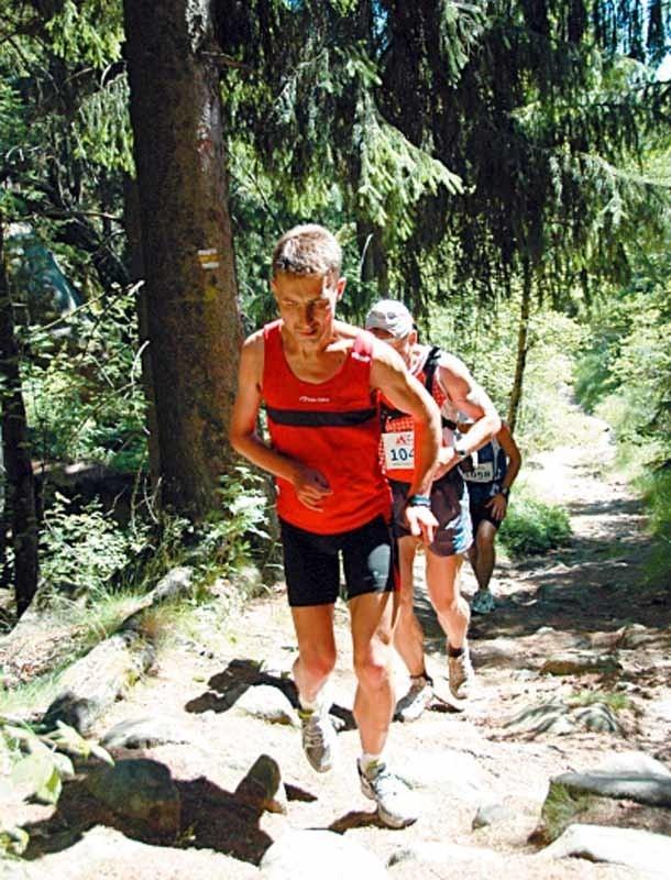 Dariusz Strychalski, niepełnosprawny biegacz z Łap ciągle podnosi sobie poprzeczkę. Stawia coraz trudniejsze wyzwania. Niedawno brał udział w I Maratonie Gór Stołowych.