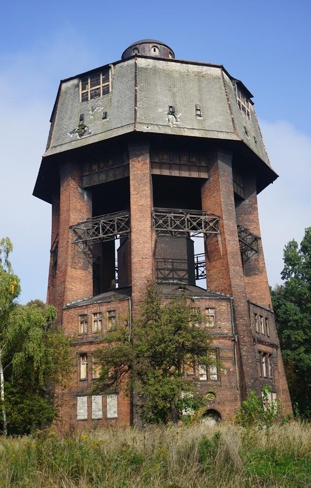 Wieża przy ul. Zamoyskiego powstała w 1909 roku. Jest jednym z największych tego typu obiektów w regionie. Liczy sobie 46 m