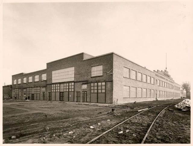 Muzeum Ziemi Lubuskiej informuje, że na fotografii znajduje się budynek firmy Beuchelt&Co., w latach 30/40. XX wieku.