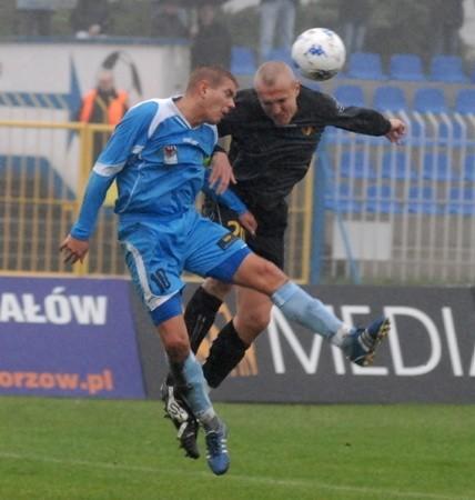 Mimo trudnych warunków na boisku, takich obrazków nie brakowało. O piłkę walczą Maciej Malinowski (z lewej) i Łukasz Nawotczyński.