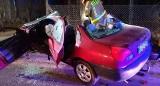 Koszmarny wypadek w Sierakowie. Pijany kierowca uderzył w drzewo. Strażacy musieli ciąć auto, by go wydostać
