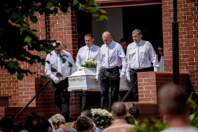 Zabójstwo Kristiny miało miejsce w czwartek - 13 czerwca. 22 czerwca tłumy przyszły na cmentarz w Żarowie, by pożegnać 10-latkę