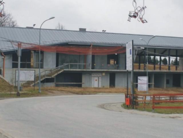 Betonowy szkielet od wielu lat straszy przy sotku narciarskim w Przemyślu.