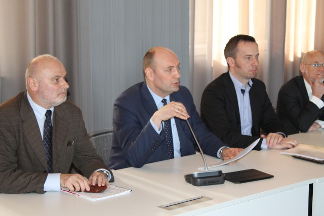 Spotkaniu Komisji Wspólnej Rządu i Mniejszości Narodowych i Etnicznych przewodniczyli Sebastian Chwałek, podsekretarz stanu w MSWiA oraz Rafał Bartek, lider TSKN (obaj w środku).