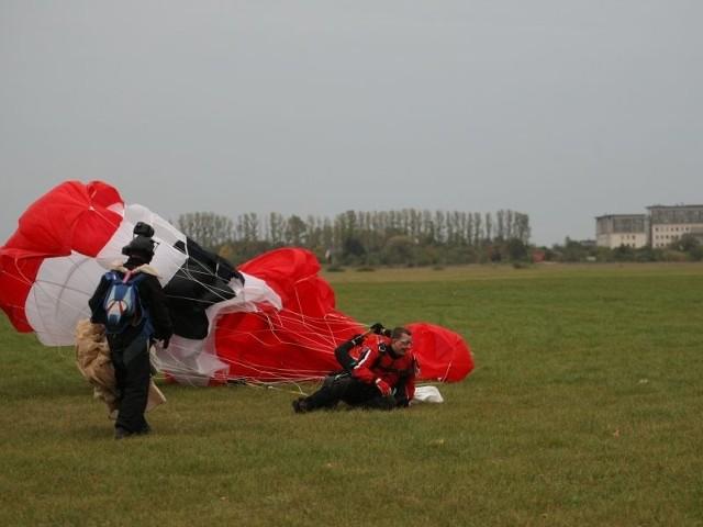Karol Pilecki z PO stwierdził, że kampania jest nudna. Aby ją ubarwić zdecydował się skoczyć ze spadochronem. Trochę się obawiał, czy się otworzy, ale jak widać wylądował bez problemu.