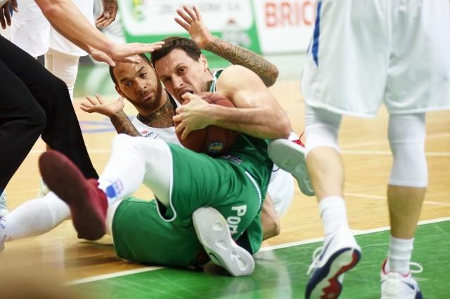 W kolejnym meczu ligi VTB zielonogórski Stelmet uległ rosyjskiemu Jenisejowi Krasnojarsk.Stelmet Enea BC - Jenisej  Krasnojarsk 72:83 (18:20, 15:24, 24:21, 15:18).Stelmet: Starks 16 (1), DeVoe 14 (3), Planinić 11, Sakić 7, Sokołowski 6 oraz: Hrycaniuk 10, Zamojski 4, Matczak i Koszarek po 2, Mokros 0.Jenisej: Young 16 (2), Meiers 15,  Harrison 13 (2), Roberson 11 (3), Komissarow 2 oraz: Goldyrjew 9 (1),  Zakarow 8 (2), Kanygin 6, Łukaszow 3 (1), Bruesewitz i Mtusow po 0.Z taką liczbę błędów jakie zaliczyli w sobotni wieczór zielonogórzanie można opanować sytuację i wygrać z zespołami z dolnych rejonów naszej ekstraklasy, ale nie w lidze VTB. Mimo wysokiej porażki w Krasnojarsku (81:109) wydawało się, że mamy szansę na powalczenie sukces. Rywal zajmował w tabeli tylko jedną pozycję wyżej od naszej i też zaliczył dziewięć porażek (przy pięciu wygranych). Pierwsza kwarta pokazywała że jest szansa. Fajnie zaczęliśmy od 7:0, potem Jenisej wyrównał ale wydawało się, że nie jesteśmy gorsi. W drugiej kwarcie jednak i na początku trzeciej popełniliśmy tyle strat, w tym szkolnych, juniorskich i takich, które nie powinny się nam zdarzyć na tym szczeblu rozgrywek. Do tego doszła fatalna skuteczność, szczególnie za trzy i nic dziwnego że rywal odskoczył na odległość aż 16 punktów. Potem był nasz kapitalny zryw kiedy przy wielkim dopingu publiczności zjechaliśmy do stanu 54:59 (Michał Sokołowski trafił za trzy, był faulowany i poprawił osobistym, ale była to tylko chwila radości. Potem znów były straty, niedociągnięta rzuty, nerwowe złe zagrania i rywal spokojnie wywiózł zwycięstwo. POLECAMY RÓWNIEŻ PAŃSTWA UWADZE:Kibice jak zwykle gorąco wspierali koszykarzy Stelmetu Enei BC w meczu z Jenisejem Krasnojarsk. Mimo porażki, nie zawiedli!Zobacz też: Bartek Klimek – kulturysta bez rąk. Jak wygląda jego życie rodzinne?Źródło:Dzień Dobry TVN