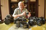 Stanisław Straszkiewicz, miłośnik fotografii z Krosna Odrzańskiego. Ma mnóstwo aparatów z różnych okresów oraz pudła pełne negatywów