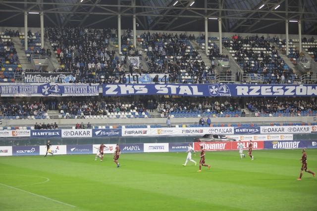 Na meczu pojawiło się ponad dwa tysiące kibiców, którzy od początku wspierali Stal Rzeszów głośnym dopingiem