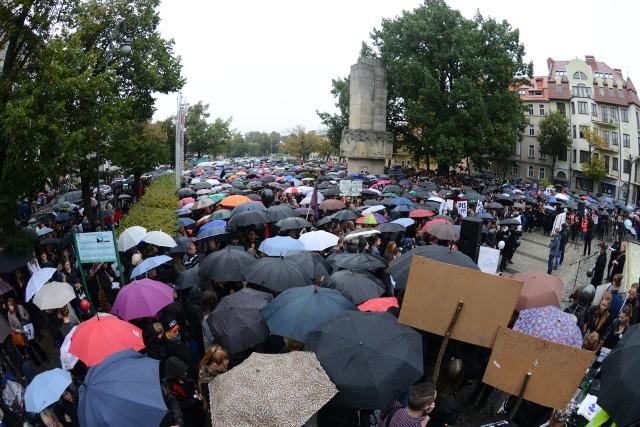 2016 rok, Czarny Protest w Zielonej Górze przyciągnął prawdziwe tłumy mieszkańców. Symbolem tych akcji były wtedy parasolki. Już przed czterema laty zielonogórzanki i zielonogórzanie tłumnie sprzeciwiali się zaostrzeniom przepisów aborcyjnych w Polsce. Zobacz też: Wielki spacer studentek UZ w Zielonej Górze. O co tu chodziło?
