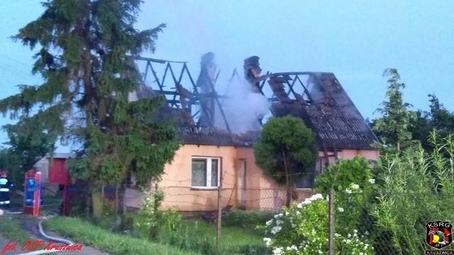 """W miniony weekend w Giżewie (gmina Kruszwica) niemal doszczętnie spłonął dom. Okoliczni mieszkańcy organizują pomoc dla pogorzelców.Do pożaru doszło w nocy 9 czerwca. - Płomieniami objęte było całe piętro oraz dach. Błyskawicznie przystąpiliśmy do gaszenia. Na palący się dom w pierwszej fazie podano dwa prądy wody. Następnie po dojechaniu zastępów z JRG 1 Inowrocław podano trzeci prąd wody od wewnątrz budynku. Po ugaszeniu pożaru przystąpiliśmy do częściowej rozbiórki dachu, wyrzuceniu spalonych rzeczy oraz wyniesieniu mebli i sprzętu RTV i AGD - relacjonują strażacy z OSP Kruszwica.Na miejscu zdarzenia pracowało łącznie 7 zastępów OSP i PSP. Działania zakończono kilka minut przed godziną 6. Rodzina straciła cały swój dobytek. Dlatego okoliczni mieszkańcy organizują pomoc. Jak czytamy na profilu facebookowym """"Rzepowo"""", 14 czerwca zbierane będą pieniądze w trakcie pikniku organizowanego w szkole podstawowej w Racicach. Zbiórki do puszek odbędą się również w najbliższą niedzielę po mszach świętych przy kościele w Polanowicach i w Kruszwicy.Flash INFO, odcinek 17 - najważniejsze informacje z Kujaw i Pomorza."""